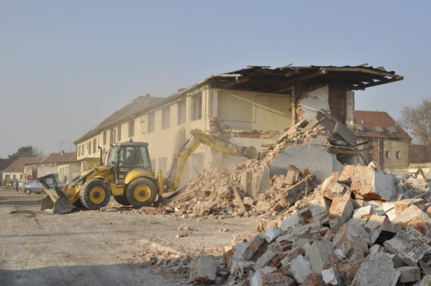 Březen 2012 - demolice zchátralých původních budov